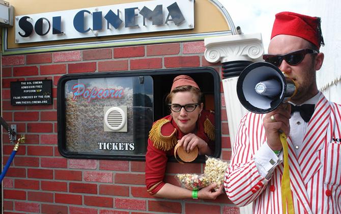 Dünya'nın en küçük sinema salonunda film keyfi