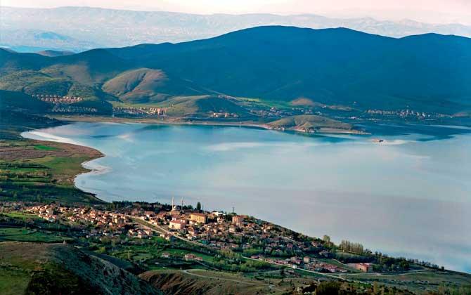 Doğu Anadolu'da kendine özgü plajıyla Hazar Gölü!