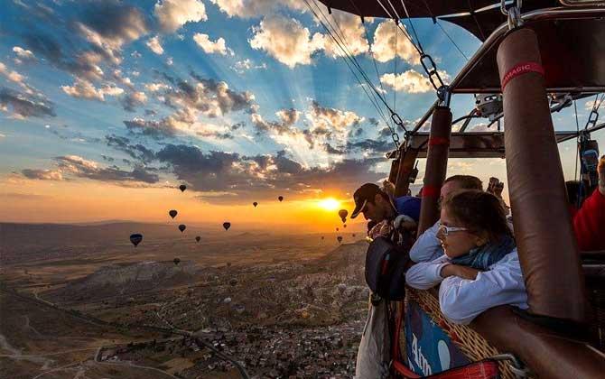 Göreme'de turistler güneşin doğumunu izliyor!