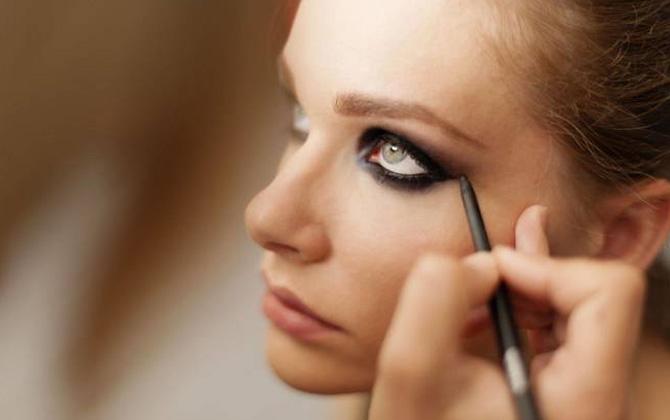 Her sezon trend olan buğulu göz makyajı nasıl yapılır?