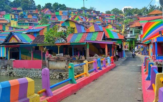 Endonezya'daki gökkuşağı köyü, görenleri hayran bırakıyor!